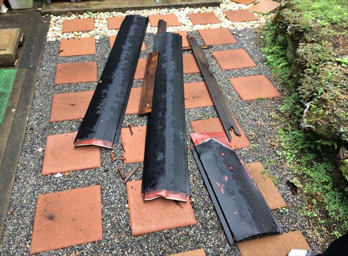 台風により飛散して落下した棟板金と貫板