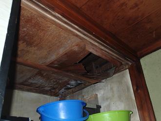 綾瀬市深谷上 雨漏りして天井板が腐食している