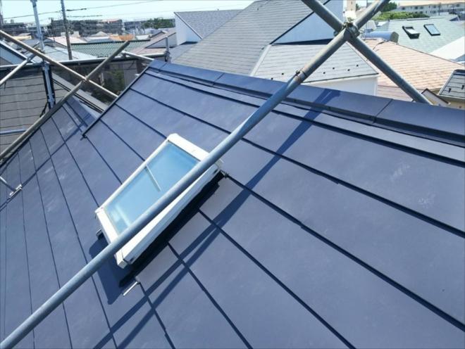 茅ヶ崎市常盤町にて8寸勾配屋根に屋根足場を組んでガルバリウム鋼板による屋根カバー工事