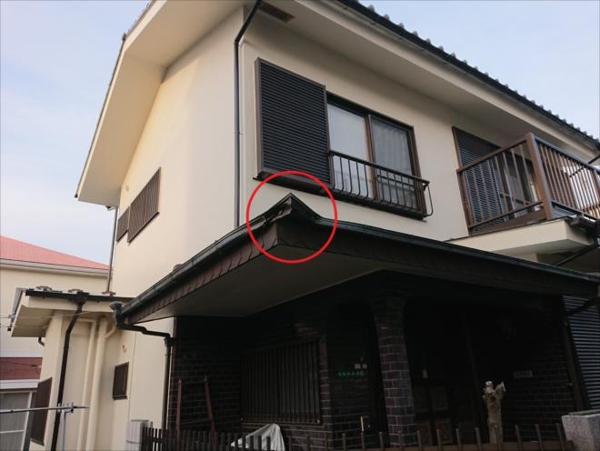 ぶつけられて持ち上がってしまった玄関上の屋根、出隅の部分