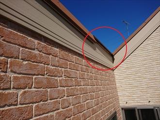 破風板に被せる様に設置される片流れ用棟板金