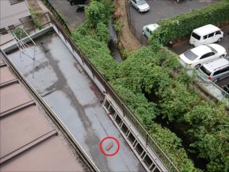 高台に建っている屋根から瓦が落下、運よく敷地内に落ちてくれましたがすぐ近くには駐車場。二次被害の可能性がありました。