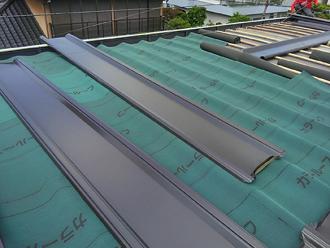 厚木市下荻野 雨漏りしている工場屋根 縦葺き屋根材を設置