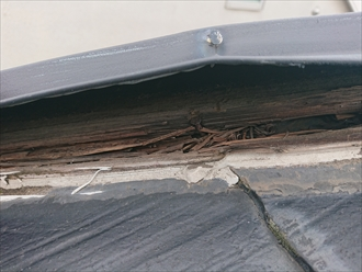 葉山町上山口にて雨水を吸いすぎた貫板(ぬきいた)が腐食し棟板金が飛散する寸前でした