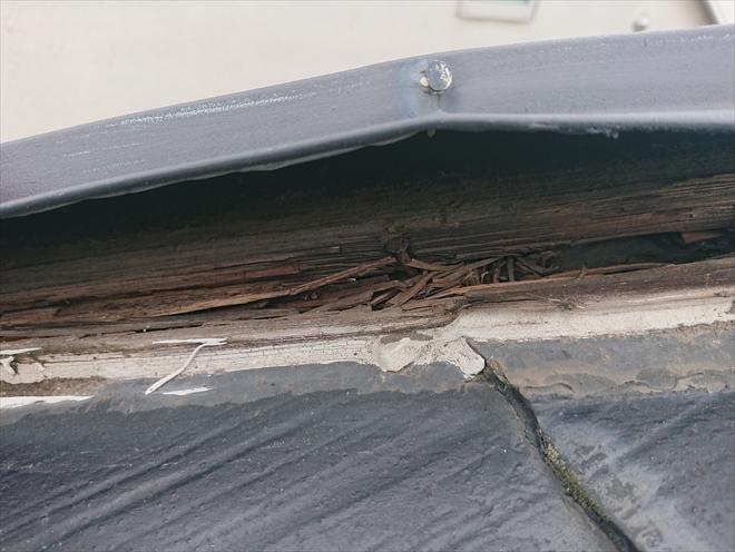 棟板金は板金は長持ちしたとしても土台となる貫板が腐食するとめくれたり飛散する原因になります