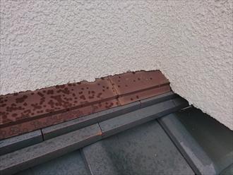 雨仕舞部分の板金は錆びきっており、その下にある熨斗もずれている