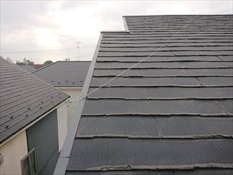 軒から棟まで見上げると多くの表層剥離が確認できます