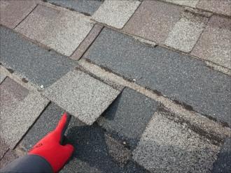 シングル材は屋根材の固定を粘着に頼っている面がありカタログ上では問題ないものの実際は台風などが通り過ぎると飛散してしまう事もあります