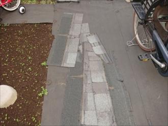 同じ様な屋根材が庭に多く落ちていて集めてありました