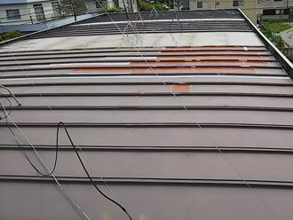 厚木市下荻野 雨漏りしている工場屋根の様子 屋根の一部のみ傷んでいる