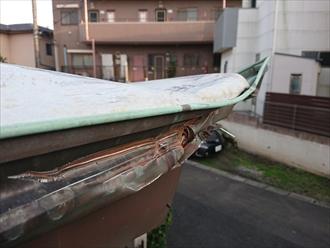 軒樋もへこんでしまっており、屋根からの雨水が正常に雨樋に入らない状態