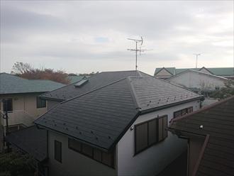 棟板金が飛ばされるほど強風がふくと、数軒先の屋根から飛んでくるなどよくあります