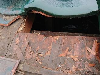 野地板と防水紙が意味を成していない為雨が降れば全て建物内へ入ってしまいます