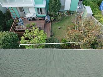 屋根に異常はありませんでしたが、屋根から見下ろすとお隣の庭に雨樋らしきものが落ちています