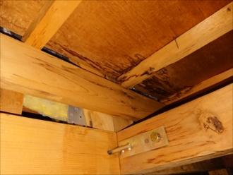 葉山町下山口にて躯体に雨染みを確認、雨漏りは屋根以外からでも起こります