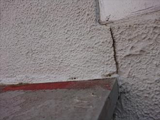 外に回り、出窓を見てみると庇板金の経年劣化がわかります