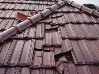 桟瓦も何枚もズレて屋根に散乱している状態