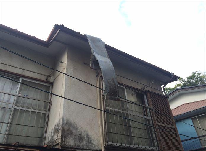 軒先から板金屋根が垂れ下がった状態