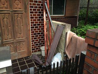 落ちてきた屋根材や木材が置いてありました