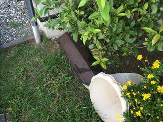 飛散した屋根の棟板金がお庭に落ちておりました