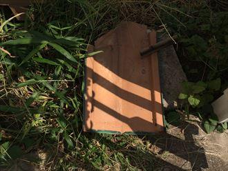 劣化してきた屋根の棟板金と貫板の破片