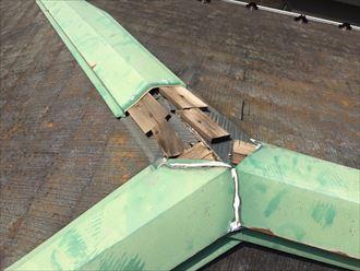 スレート屋根に上がって近くでな棟板金が無くなっているところを確認