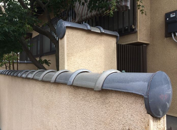 塀の上部に固定されている瓦を塀瓦(へいかわら)と呼びます