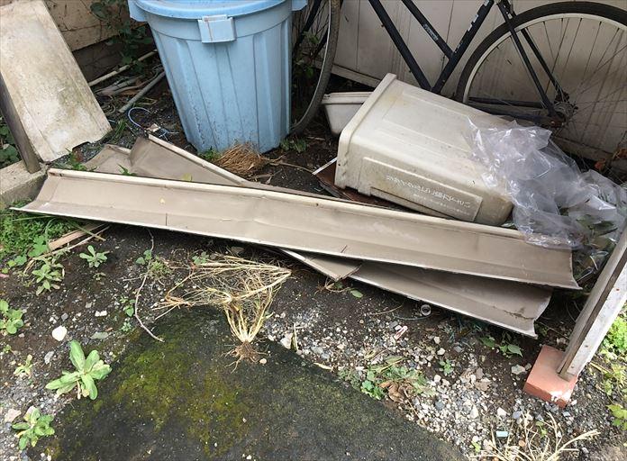 飛散して落下した屋根の棟板金