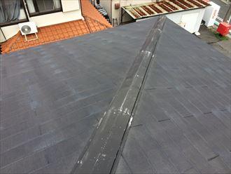 屋根の棟板金は外れていない状態