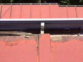 板金屋根の軒先が腐食して雨樋に落ちている
