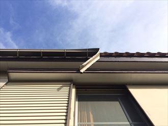 逗子市小坪の板金屋根が破損、ケラバ水切りと雨樋が外れて落下しておりました
