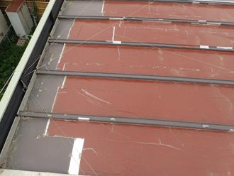 厚木市下荻野 雨漏りしている工場屋根の様子 縦葺き屋根の仮補修跡