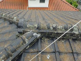 伊勢原市岡崎 屋根葺き直し工事前の瓦屋根 苔が生え漆喰が剥がれている