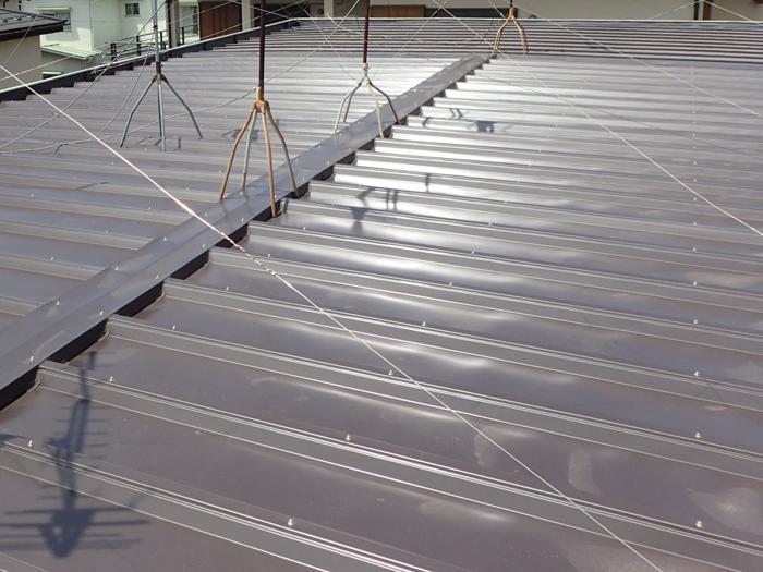 厚木市下荻野 雨漏りしている工場屋根 部分的な屋根葺き替え工事完了