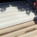 平塚市小鍋島の工場で経年劣化した大波スレートの屋根部分葺き替え工事