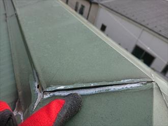 藤沢市湘南台にて築40年経過したカラー鉄板が使われた屋根は錆が多く葺き替え工事で解消します