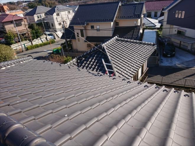 街の屋根やさんの点検で使う梯子は屋根を傷めないよう補助足がついている物を使用します