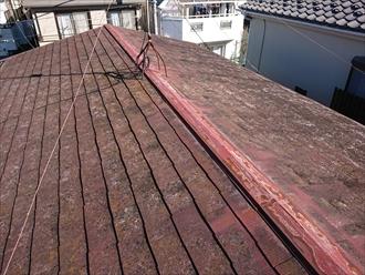 室内に雨漏りの跡が確認できる屋根の様子