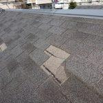 何枚も千切れてしまっているアスファルトシングル葺きの屋根