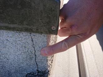 外壁と屋根のぶつかるところのモルタルにクラックが多く目立ちます