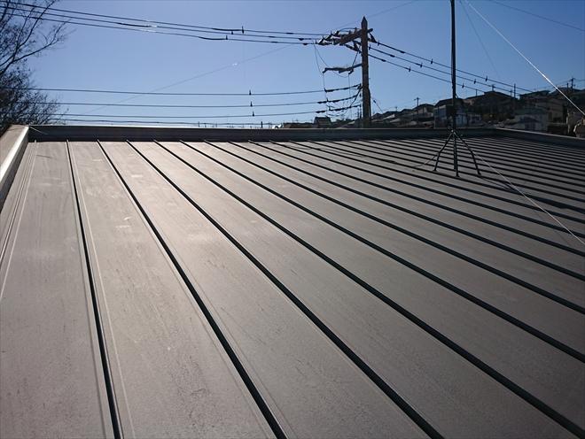 緩勾配屋根に使われる縦葺き金属屋根