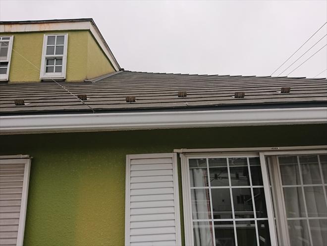 きれいな色の外壁の上にある屋根裏部屋への雨漏り