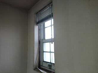 室内クロスが剥がれている雨漏りしている屋根裏部屋