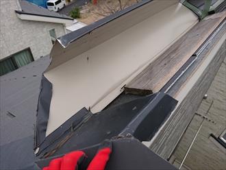 藤沢市大庭にて急勾配片流れ屋根に強風直撃、棟板金が飛散してしまっていました