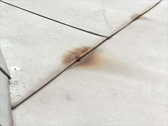 寒川町大曲でデザイン性の高い板金屋根が破損、直すのも手間がかかります