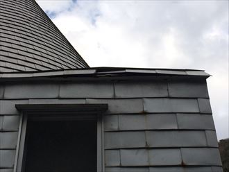 風により破損したデザイン性の高い板金屋根
