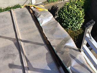 めくれた板金屋根を調査します