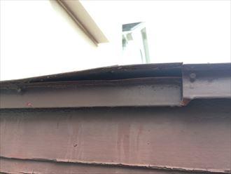玄関屋根の板金が浮き上がっている