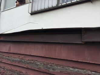 玄関屋根の板金が浮き上がってしまった