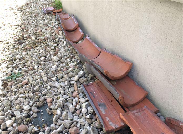 海老名市門沢橋の瓦屋根で、棟瓦を束ねる銅線が切れたことで倒壊しました
